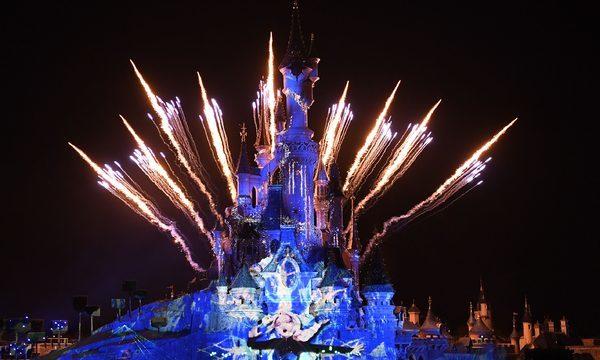 Disneyland® Paris Illuminations Disney Spectacle Sons et Lumières projeté sur le Château de la Belle au Bois Dormant à la nuit tombée  ©DISNEY