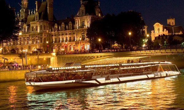 Bateaux-Mouches - Jean Sébastien Mouche devant l'Hôtel de Ville de Paris