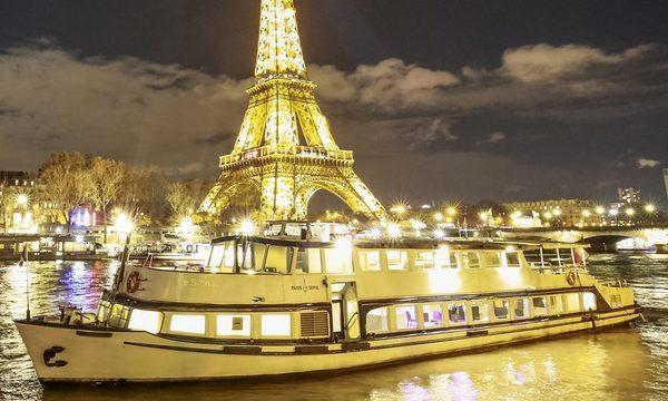 La Péniche Le Signac avec la Tour Eiffel de nuit