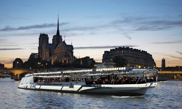 Bateaux-Mouches - Jean Sébastien Mouche devant Notre-Dame de Paris