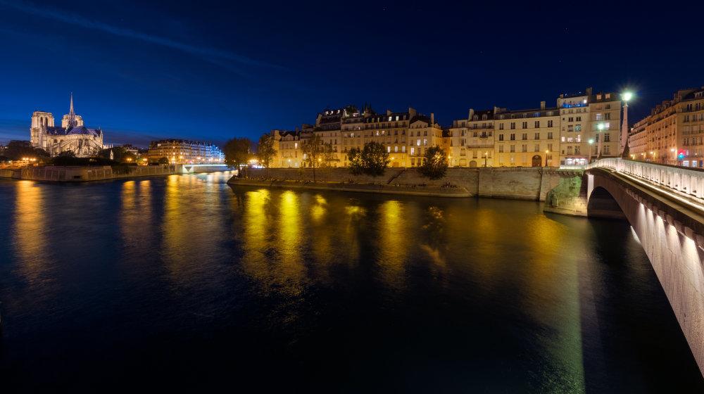 L'Île de la Cité et l'Île Saint-Louis et la Cathédrale Notre Dame de Paris de nuit