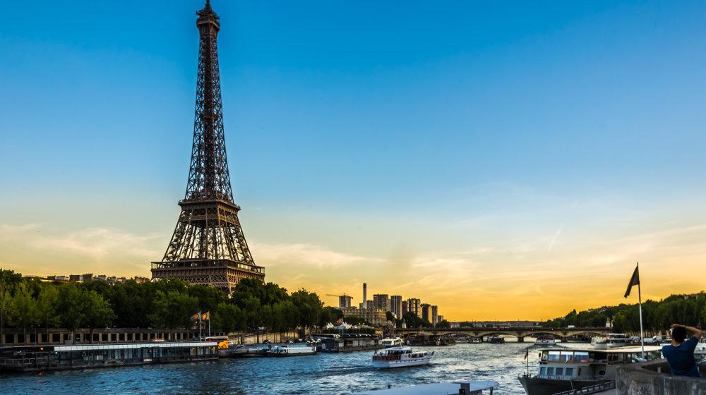 La Tour Eiffel au pied de la Seine