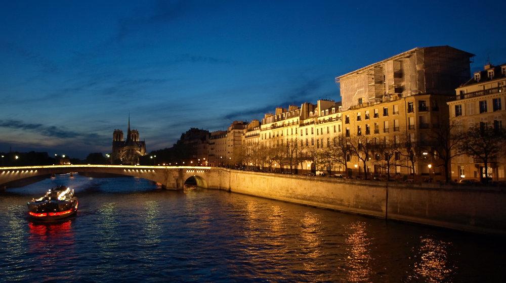Bateaux-Mouches - bateau sur la Seine de nuit