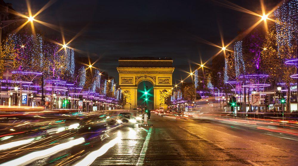 Avenue des Champs Elysées parée de ses décorations de Noël avec perspective sur l'Arc de Triomphe