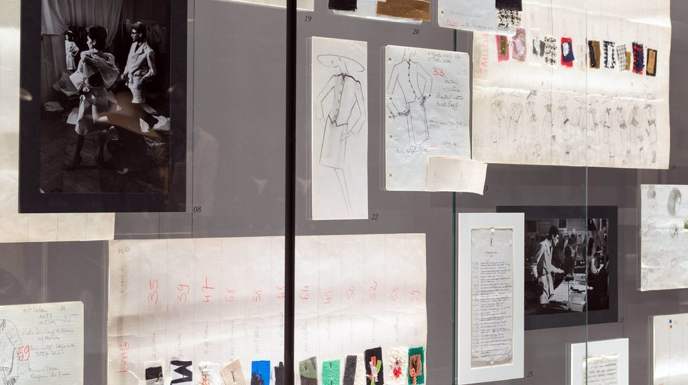 Musée Yves Saint Laurent Paris : croquis et esquissesMusée Yves Saint Laurent Paris : vitrine de croquis © Musée Yves Saint Laurent Paris / Luc Castel