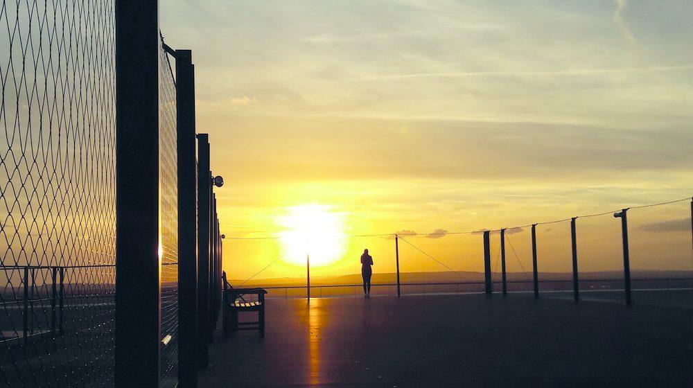 La Grande Arche de la Défense - Plateforme panoramique au soleil couchant