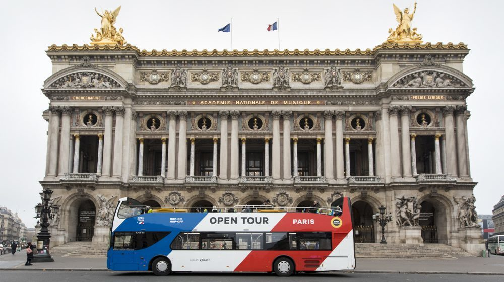 Bus Hop on Hop Off Open Tour devant l'Opéra Garnier à Paris