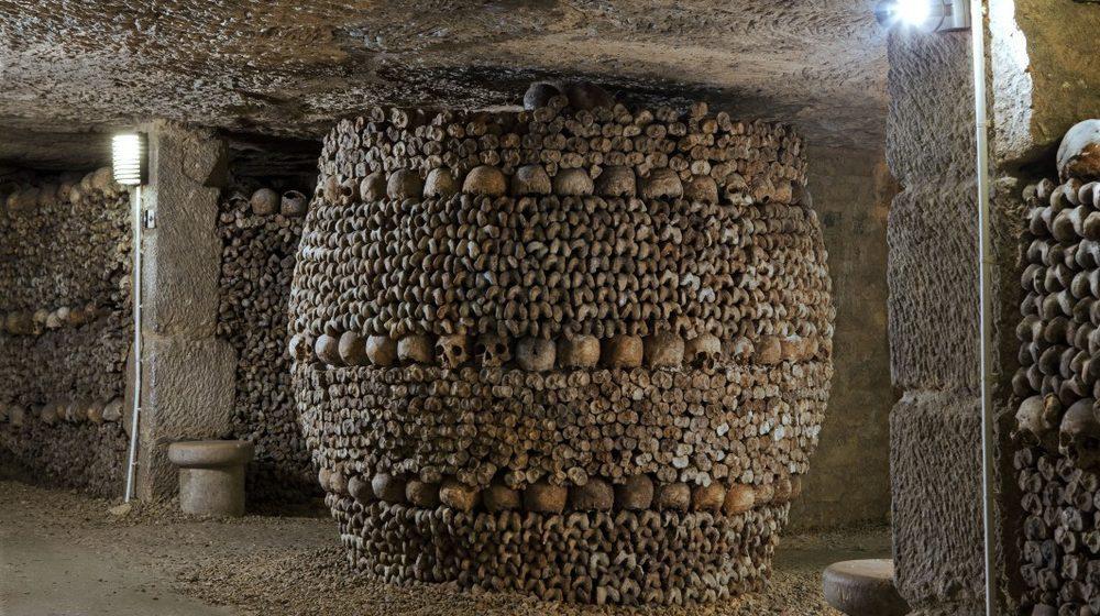 Crypte de la Passion, pilier décoré d'ossements appelé le Tonneau. © Eric Emo Musée Carnavalet - Catacombes Roger-Viollet