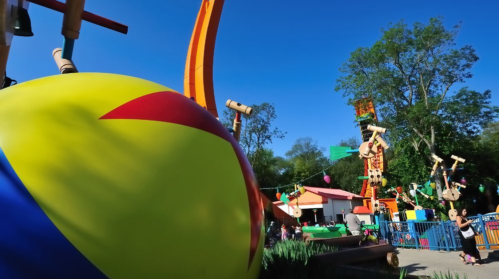Disneyland Paris Shooting du parc Walt Disney Studios en été Detail décor sur Toy Story Playland ballon géant ©DISNEY - PIXAR