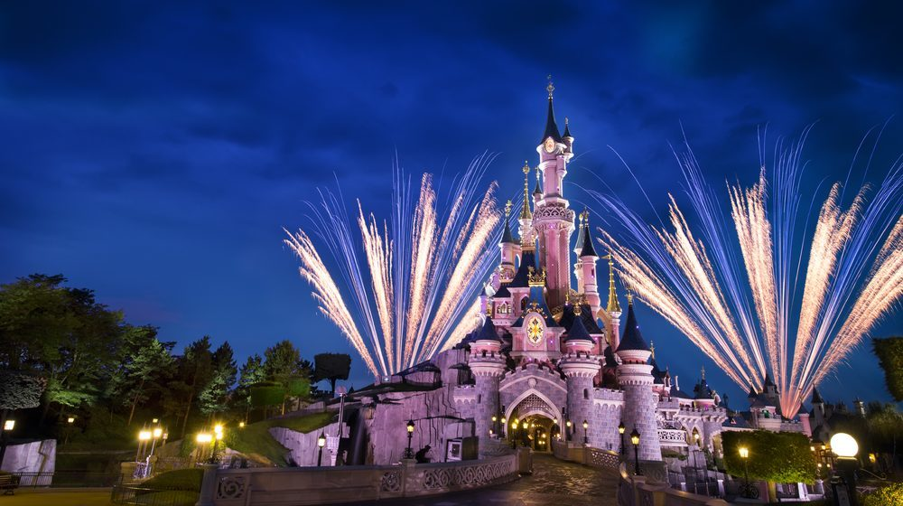 Disneyland Paris De fascinants rubans de lumière virevolteront autour du Château de la Belle au Bois Dormant  ©DISNEY