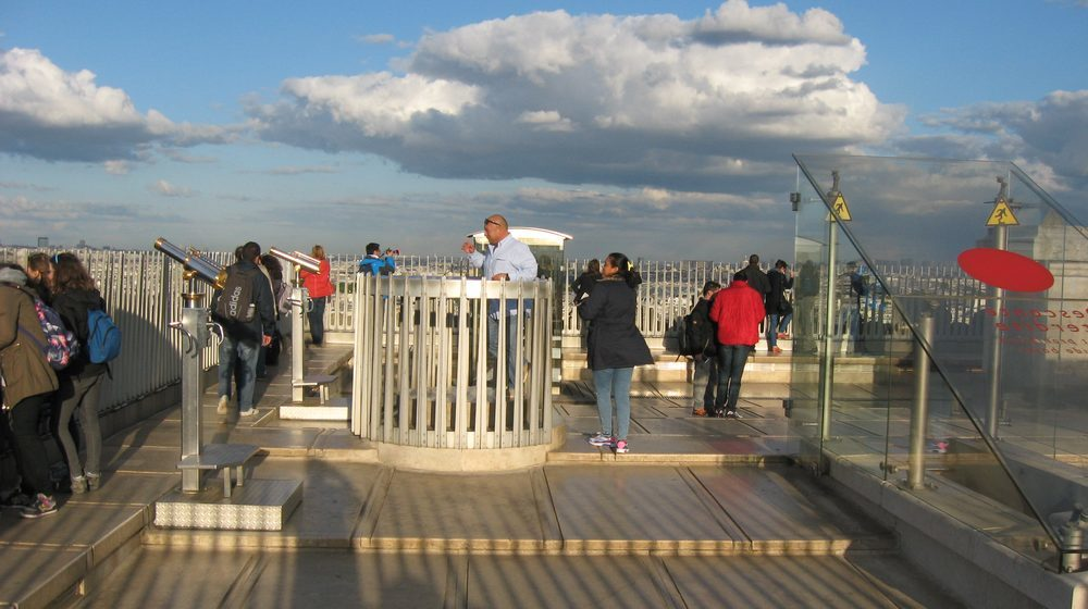 La terrasse de l'Arc de Triomphe à Paris