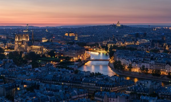 Paris vue du ciel la nuit