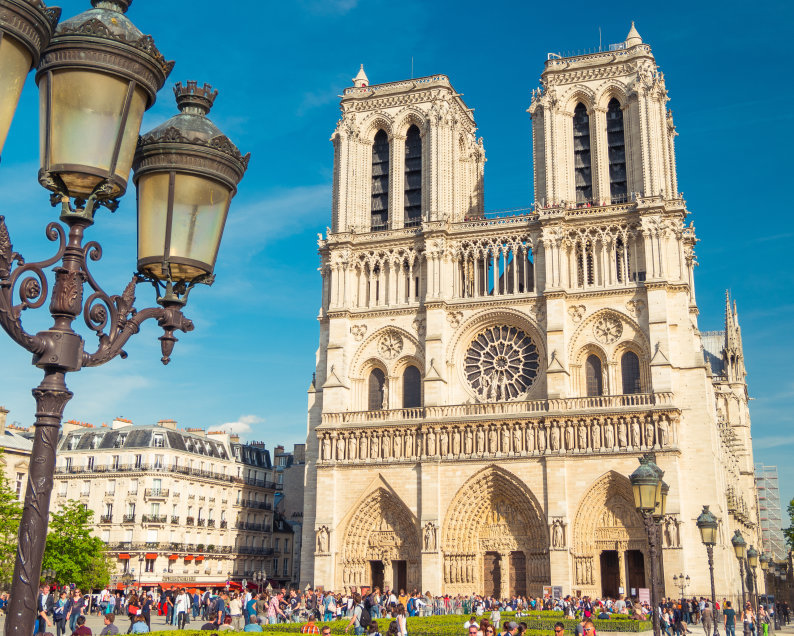 essay on monuments of france in french
